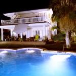 28 piscina y terraza nocturna
